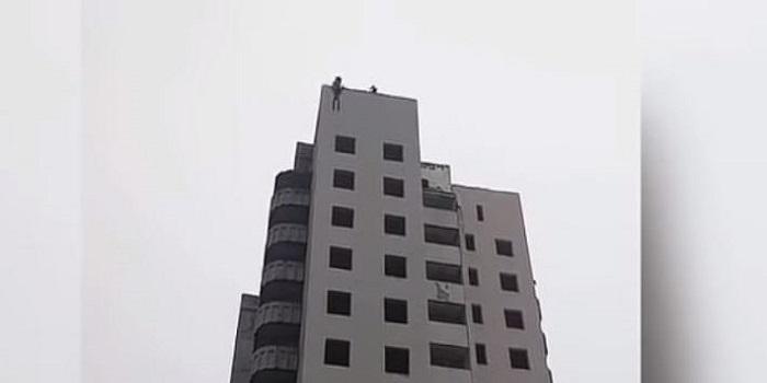 В Донецкой области подросток прыгнул с «парашютом» с 14 этажа и разбился на глазах у матери. ВИДЕО Подробнее читайте на Юж-Ньюз: http://xn----ktbex9eie.com.ua/archives/33425