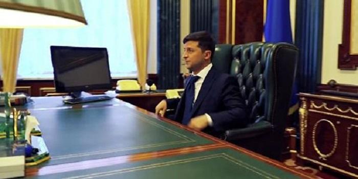 Зеленский не хочет работать на Банковой Подробнее читайте на Юж-Ньюз: http://xn----ktbex9eie.com.ua/archives/52334