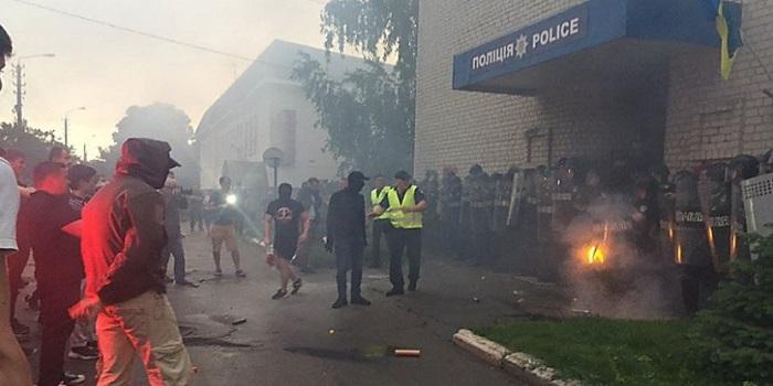 В Переяславе толпа протестующих забросала отдел полиции дымовыми шашками. Видео Подробнее читайте на Юж-Ньюз: http://xn----ktbex9eie.com.ua/archives/53642