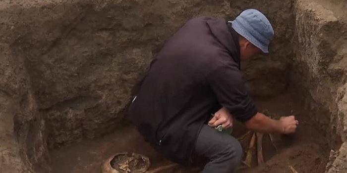 В ходе ремонта «убитой» трассы Н-14 археологи обнаружили захоронения времен библейского Моисея. Видео. Подробнее читайте на Юж-Ньюз: http://xn----ktbex9eie.com.ua/archives/59904
