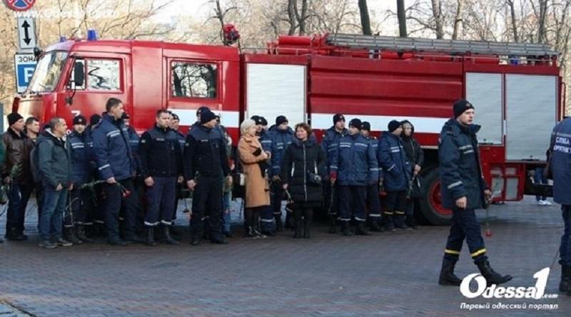 Пожар в колледже: Одесса прощается с погибшим спасателем. Фото. Подробнее читайте на Юж-Ньюз: http://xn----ktbex9eie.com.ua/archives/69140