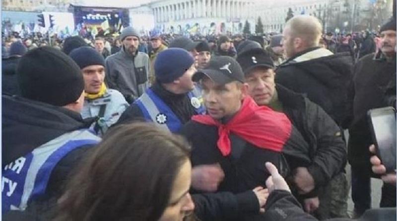 Появилось видео, как в Порошенко бросают яйца на Майдане Подробнее читайте на Юж-Ньюз: http://xn----ktbex9eie.com.ua/archives/69196