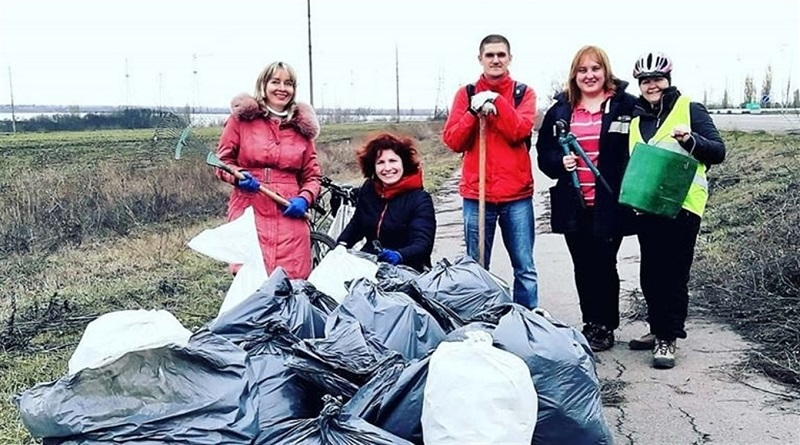 Южноукраинск — Они добровольно убирают мусор на обочинах и приглашают всех присоединиться Подробнее читайте на Юж-Ньюз: http://xn----ktbex9eie.com.ua/archives/category/%d0%be%d0%b1%d1%89%d0%b5%d1%81%d1%82%d0%b2%d0%be