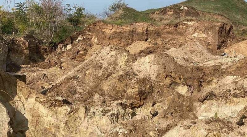 В Николаеве ребенка засыпало слоем почвы — мальчик погиб