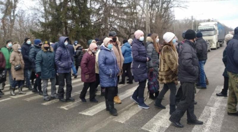 «Тарифогеноцид»: под Харьковом люди перекрыли дорогу в знак протеста против подорожания газа