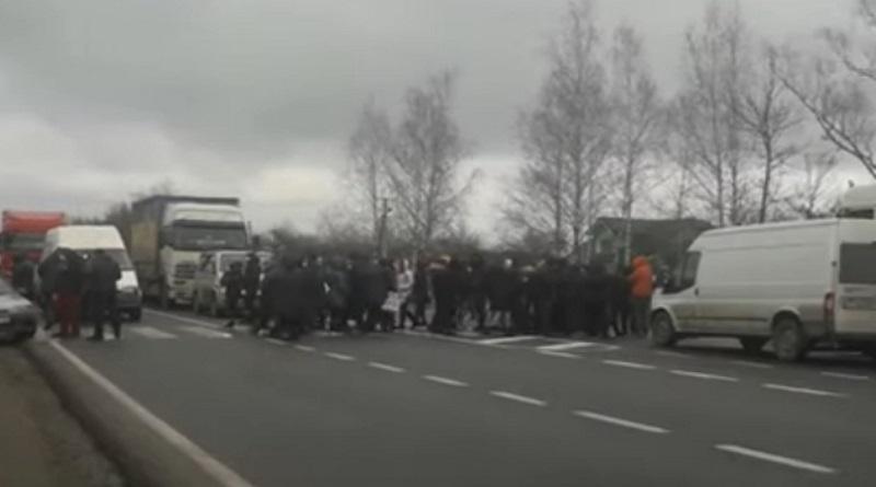 На Прикарпатье люди перекрыли дорогу, требуя отменить карантин. ВИДЕО