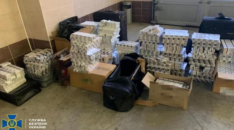 Украинские дипломаты пытались вывезти в ЕС контрабанду: 16 кг золота, сигареты на 1,5 млн и валюту