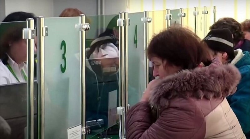 Украинцы начнут получать пенсии через банки: когда и кого коснется