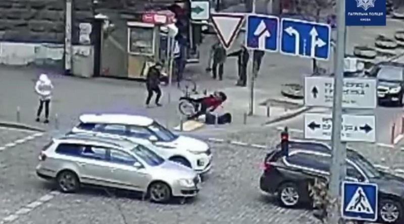 В центре Киева велосипедистка на скорости сбила женщину и попала на видео.
