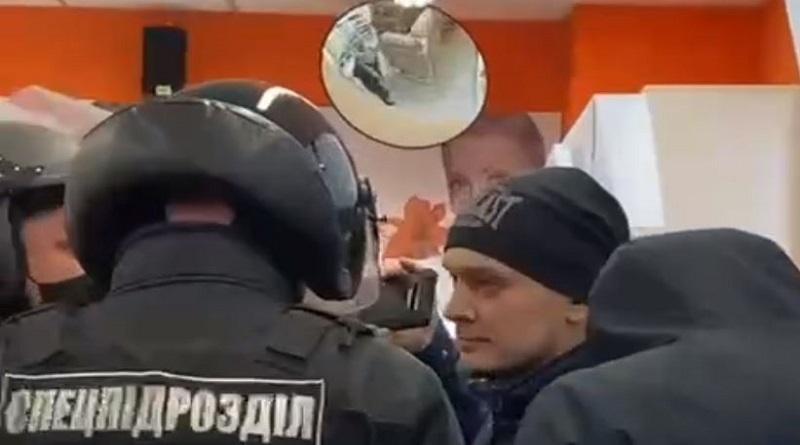 В Харькове спецназ полиции силой вывел из магазина покупателя без маски. ВИДЕО