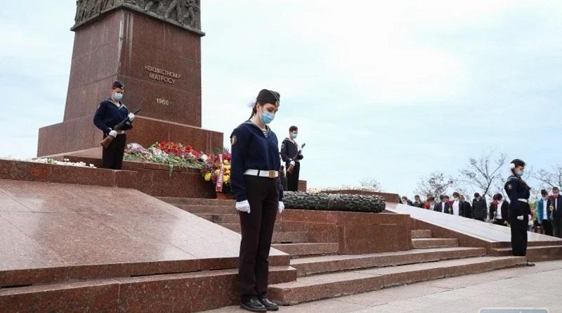 В Одессе возобновили Почетную вахту памяти на Аллее Славы. ФОТО