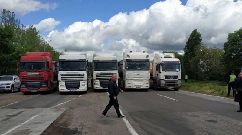 Водители большегрузных автомобилей заблокировали трассу государственного значения под Николаевом