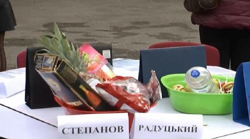 У здания МОЗ медсестры провели акцию протеста: для министра принесли две миски с едой