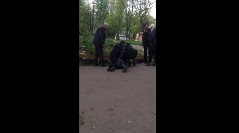 На детской площадке в Одессе пьяные мужчины напали на ребенка. ВИДЕО