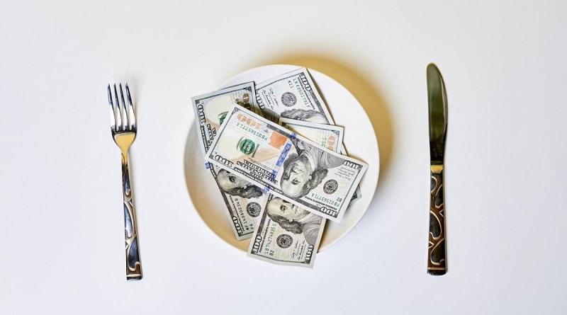 В Умани полицейский пытался съесть 500 долларов взятки