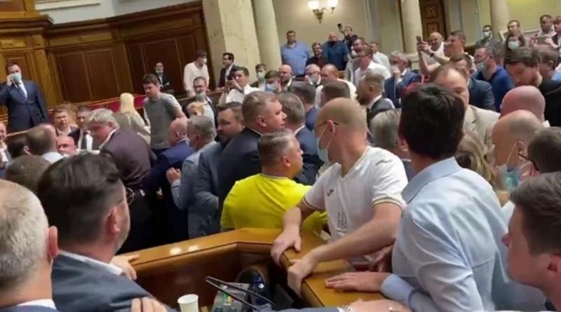 В Раде подрались депутаты: Потураев призвал расстрелять фракцию «ОПЗЖ». Правда потом извинился.