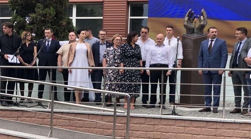 В Киеве открыли памятник украинским медикам, погибшим в борьбе с коронавирусом