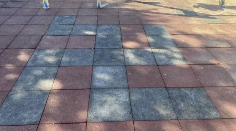 На детской площадке в Кременчуге плитку выложили свастикой