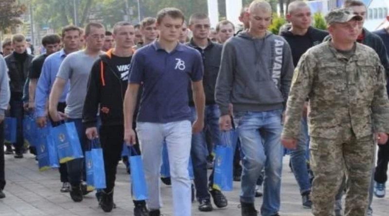 Обязательный военный призыв в Украине намерены отменить