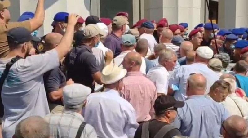 Пенсионеры МВД пытались прорваться в Раду (видео)