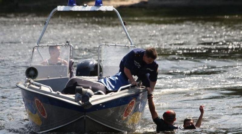 У Польщі 2-річний хлопчик вмер в озері, поки його українські батьки дрімали після гулянки (ФОТО)