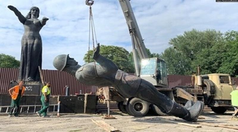Во Львове демонтировали Монумент славы - фигуры «родины-матери» и красноармейца