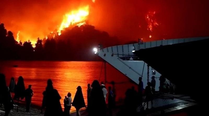 Греки сняли на видео, как лесные пожары уничтожают их город. Видео.
