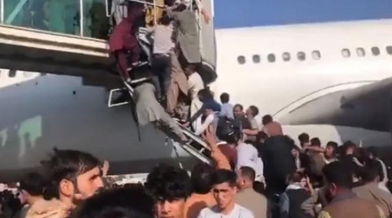 Афганцы цепляются за шасси американского самолета и падают на землю при взлете (видео 18+)