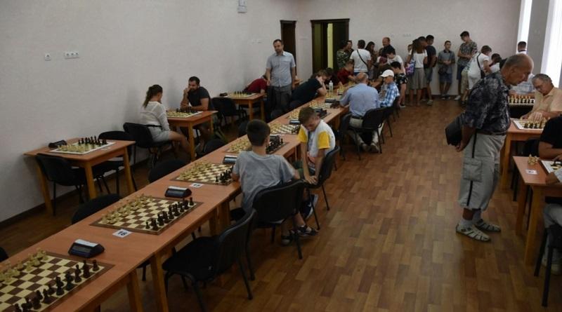 В Николаеве стартовал турнир шахматистов: самому старшему участнику 82 года, младшему — 8 лет
