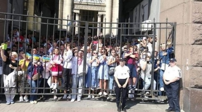 Украинцев не пустили на «бесплатный» концерт Бочелли ко Дню Независимости в Киеве