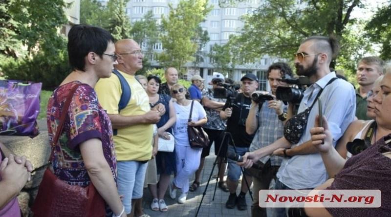 В Николаеве возле ОГА проходит акция в поддержку главврача «инфекционки». Видео.