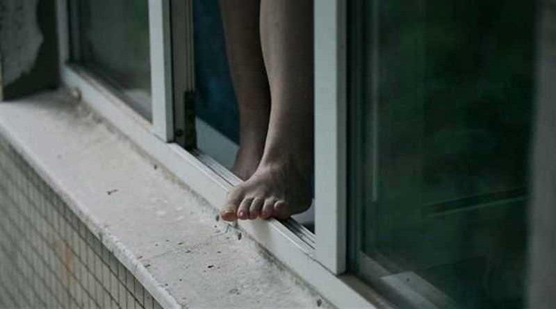Отец выпавшей с 4-го этажа 12-летней девочки заявил, что ее вытолкнули из окна друзья
