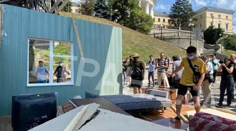 В центре Киева националисты подрались с полицейскими из-за советских автоматов с газводой
