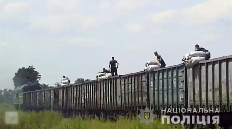 Банда из 40 человек на ходу обворовывала товарняки: в день крали от 5 до 30 тонн угля