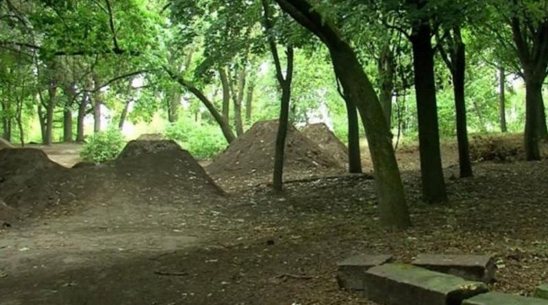 Трамплины из надгробий: на еврейском кладбище в Ровно устроили велопарк (видео)