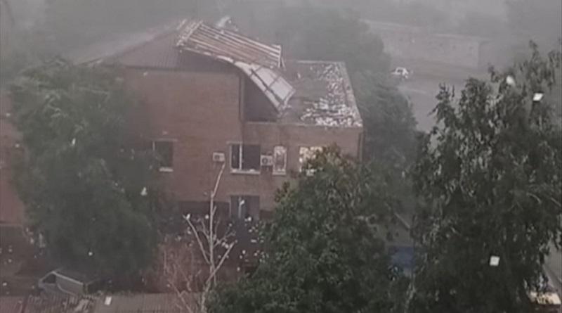 В Первомайске бурей снесло крышу здания суда: ветер разносит тысячи документов (видео)