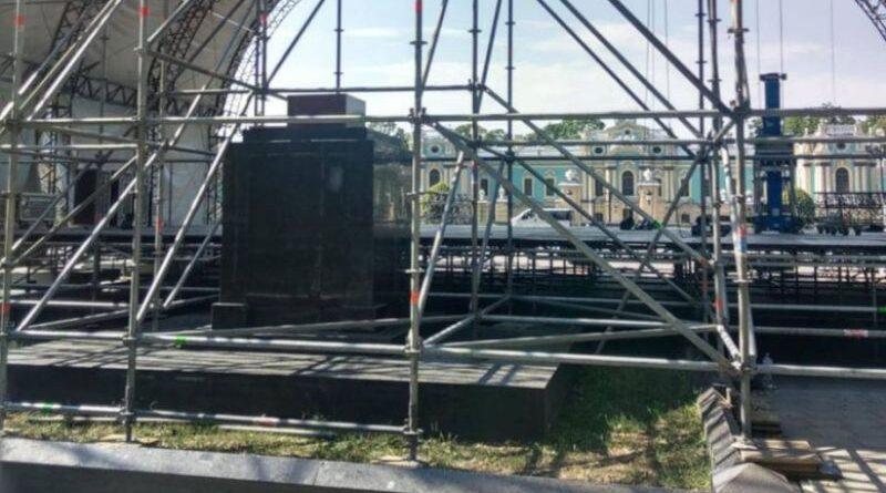 В Киеве сцену для концерта ко Дню независимости установили на братской могиле