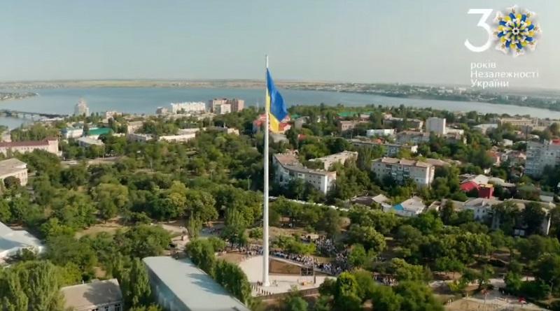 Николаевцам показали поднятие флага-гиганта с высоты птичьего полета