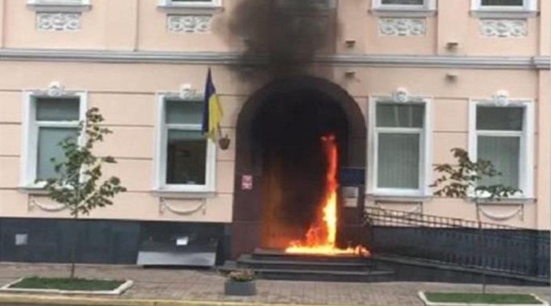 В Киеве бросили «коктейль Молотова» в офис уполномоченного Рады по правам человека