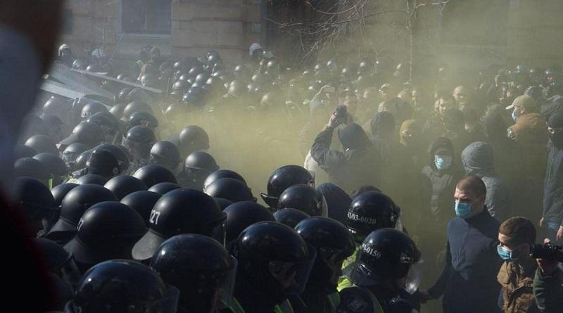 «Нацкорпус» пытался штурмовать Офис президента - идут столкновения с силовиками (видео)