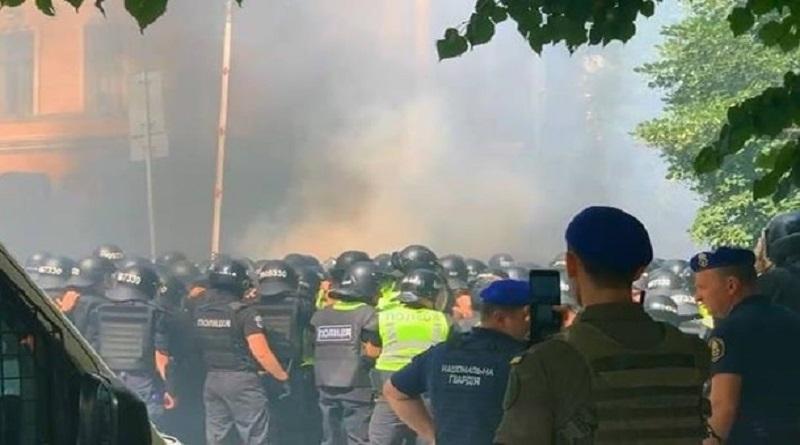 В столкновения под ОП в Киеве пострадали восемь полицейских