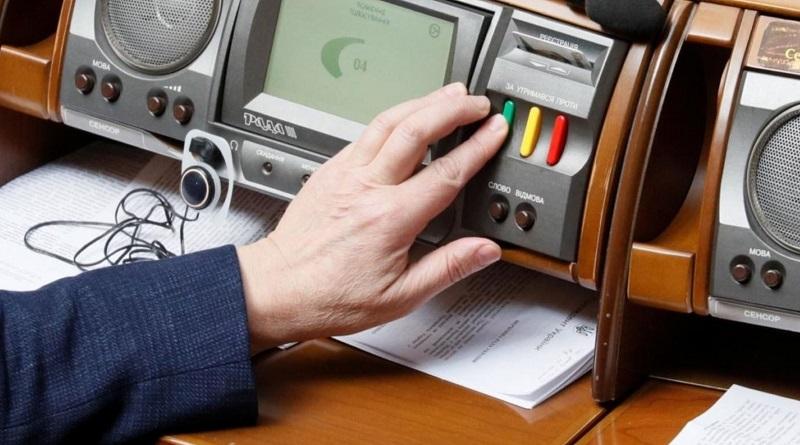 """Депутаты планируют обложить налогом """"неучтенные"""" средства украинцев"""