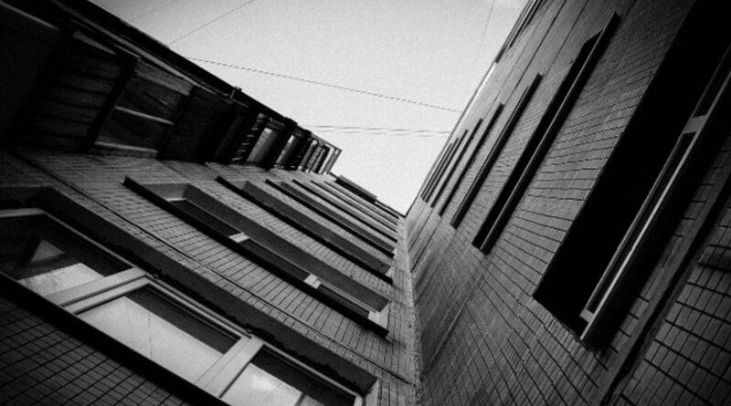 Довели до самоубийства: в Умани маленькая девочка выпрыгнула с 8-го этажа