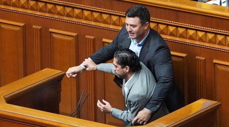 Нардепы устроили стычку в Раде: Тищенко пытался вытолкать Лероса с трибуны (видео)