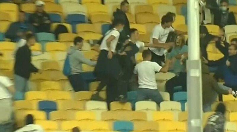 """Нападают стаей и бьют без разбора: ультрас """"Динамо"""" избили просто болельщиков с детьми. Видео."""