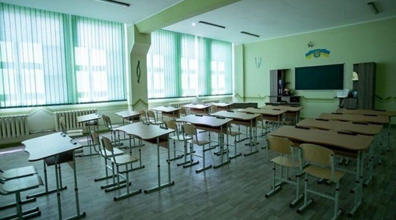 На Прикарпатье в 20 школах приостановилось обучение из-за забастовки учителей