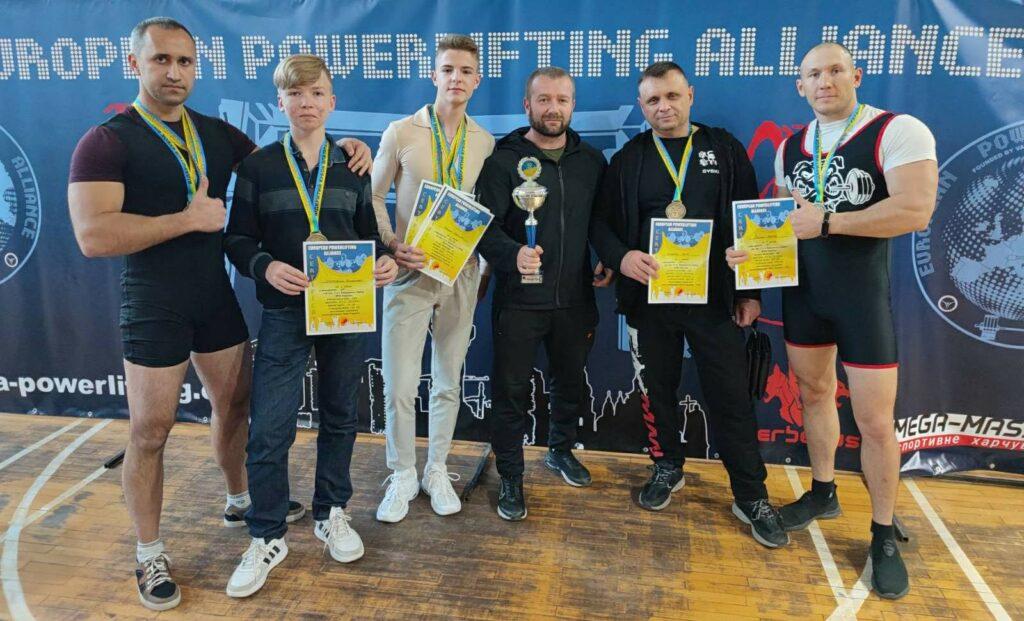 Южноукраинские спортсмены на соревнованиях по пауэрлифтингу. Фото.