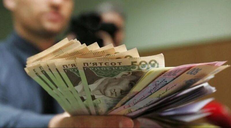 Зарплаты в Украине: кому платят больше всего