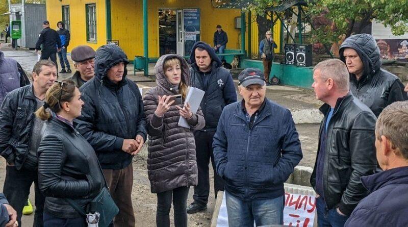 В Николаевской области жители перекрыли дорогу — требуют ремонта